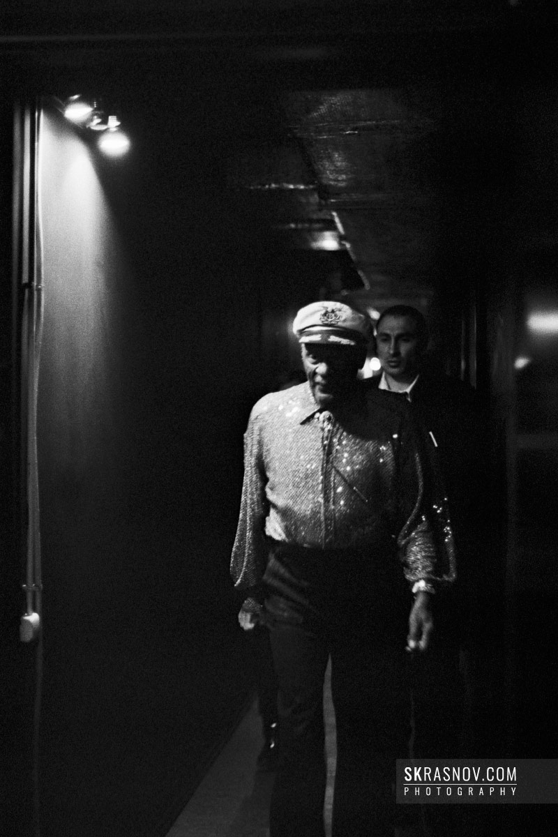 Chuck Berry walking to the stage. Чак Берри, музыкант. © Sasha Krasnov - Portrait Photographer